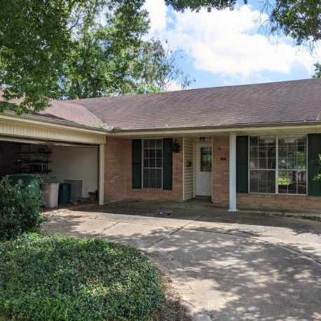 3-2-2 house in Clear Lake area - Solid brick house.
